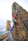 1001pallets.com-pallet-tower-for-the-world-largest-bonfire-2-600x862.jpg